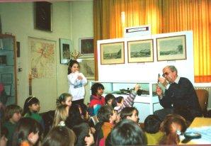 """Helmut Uessem bei der Demonstration eines """"Soennecken- Füllhalters"""" vor einer begeisterten Schulklasse, Foto im Eingangsbereich des Museums, 1992"""