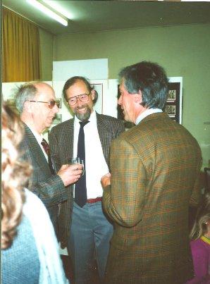 Helmut Uessem im Gespräch mit dem damaligen Schulamts-Leiter, Werner Koch-Gombert, und dem Stadtarchivar Dr. Manfred van Rey (rechts), im neueröffneten Museum 1991