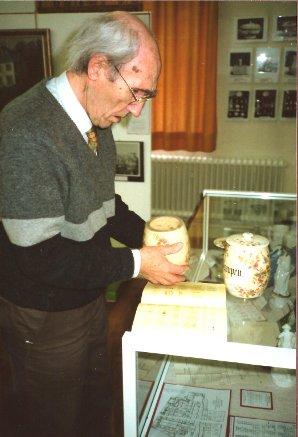"""Heimatforscher Dr. Josef Ruland bei kritischer Betrachtung einiger Museumsstücke. Innerhalb der von ihm und Prof. Richard Müller im März 1985 organisierten Ausstellung """"Alt-Poppelsdorf"""" in der Zentralbibliothek Nussallee waren auch einige solcher Exponate zu sehen, Foto 1992"""